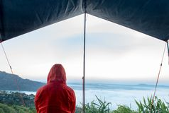Les touristes observent la brume de matin dans la tente chez Khao Kho, Phetchabun images stock