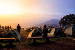 Les touristes observent la montagne de lever de soleil Photographie stock