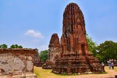 Les touristes observent les ruines de la pagoda et de la statue de Bouddha en Wat Mahathat, Photographie stock