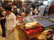 Les touristes occidentaux achètent la soie localement effectuée images stock