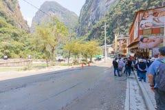 Les touristes ont aligné pour des autobus à Machu Picchu photo stock