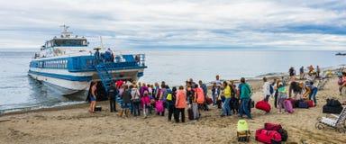 Les touristes ont attaqué le bateau de navette photo stock