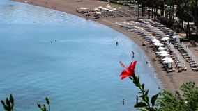 Les touristes ont l'amusement sur la plage d'Icmeler banque de vidéos