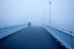 Les touristes ont perdu dans le brouillard dans Oulo, Finlande photo libre de droits