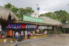 Les touristes ont plaisir à jouer des jeux dans Legoland Malaisie Image éditoriale images libres de droits