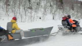 Les touristes ont plaisir à monter le bateau de banane de neige et le signe frais d'exposition clips vidéos