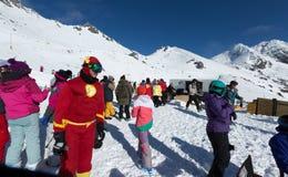 Les touristes ont plaisir à skier et faire du surf des neiges Images libres de droits