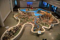 Les touristes photographient au modèle d'échelle du secteur central de Singapour Photo stock