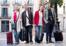 Les touristes positifs avec le bagage posent dehors Photographie stock libre de droits