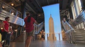 Les touristes prennent des photos avant de visiter la plate-forme d'observation à l'Empire State Building banque de vidéos