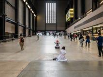 Les touristes prennent des photos dans Tate Modern, Londres Photo stock