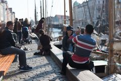 Les touristes prennent des photos et apprécient un beau port européen image stock