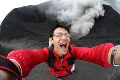 Les touristes prennent des photos sur la bouche du cratère Bromo image libre de droits