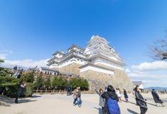 Les touristes prennent la photo du château de Himeji Image stock