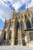 Les touristes prennent une pause devant la cathédrale de Vienne photos libres de droits