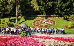 Les touristes regardant la fleur synchronisent Reloj De Flores dans Vina d photos libres de droits