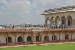 Les touristes regardent Taj Mahal de fort d'Âgrâ Photographie stock