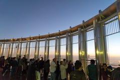 Les touristes rencontrent le lever de soleil à la plate-forme d'observation sur le plancher 125 de la tour de Khalifa Photo stock
