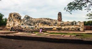 Les touristes rendent visite à Bouddha étendu Images libres de droits