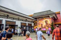 Les touristes rendent visite à Ngong Ping Village, il est l'une des attractions touristiques de les plus populaires en Hong Kong Photographie stock libre de droits
