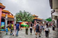 Les touristes rendent visite à Ngong Ping Village, il est l'une des attractions touristiques de les plus populaires en Hong Kong Photos libres de droits