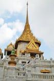 Les touristes rendent visite à Wat Traimit à Bangkok Images stock