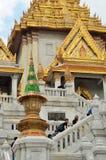 Les touristes rendent visite à Wat Traimit à Bangkok Images libres de droits