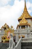 Les touristes rendent visite à Wat Traimit à Bangkok Photographie stock