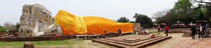 Les touristes rendent visite au Bouddha étendu de Wat Lokaya Sutha Images stock