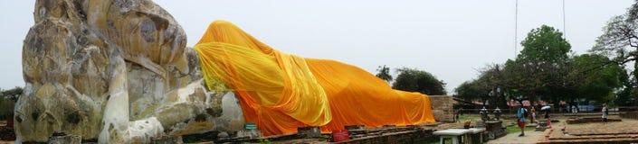 Les touristes rendent visite au Bouddha étendu de Wat Lokaya Sutha Photographie stock libre de droits