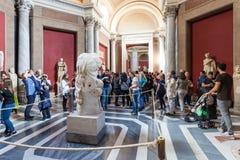 Les touristes s'approchent antique de la statue de torse de belvédère image stock