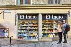 Les touristes s'approchent de l'EL Indio de boutique de cadeaux à Stockholm Photographie stock