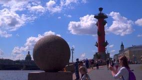Les touristes s'approchent des colonnes rostral sur l'île St Petersburg de Vasilievsky clips vidéos