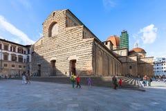Les touristes s'approchent des Di San Lorenzo de basilique à Florence photos libres de droits