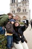 Les touristes s'approchent du Notre Dame de Paris photos stock