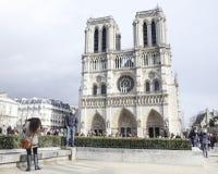 Les touristes s'approchent du Notre Dame de Paris Images stock