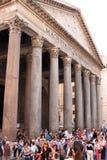 Les touristes s'approchent du Panthéon à Rome, Italie Image stock