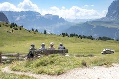 Les touristes s'asseyant sur le banc regardent la vue photos stock