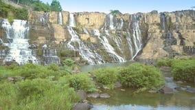 Les touristes s'asseyent parmi la cascade de Pongour de montre de broussailles banque de vidéos