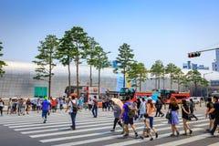 Les touristes sans titre chez Dongdaemun conçoivent la plaza le 18 juin 2017 dedans Image libre de droits