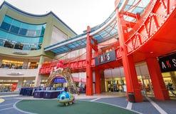 Les touristes sans titre et beaucoup stigmatisent des magasins chez Lotte Premium Outlet Photos stock