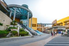 Les touristes sans titre et beaucoup stigmatisent des magasins chez Lotte Premium Outlet Images libres de droits