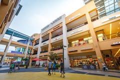 Les touristes sans titre et beaucoup stigmatisent des magasins chez Lotte Premium Outlet Photos libres de droits