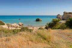Les touristes se reposent sur la côte de la Chypre au lieu de naissance de l'Aphrodite de déesse image stock