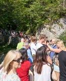 Les touristes se serrent sur Marienbrucke pour la vue iconique du château de Neuschwanstein photographie stock libre de droits