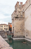 Les touristes se tiennent sur le pont menant à la forteresse de Scaligero dans Sirmio Photos libres de droits