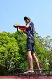 Les touristes se tiennent sur le toit d'autobus pour célébrer Songkran (festival thaïlandais de nouvelle année/eau) dans les rues Image libre de droits