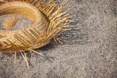 Les touristes sont rentrés à la maison Chapeau se trouvant sur la plage - déchets Photographie stock libre de droits