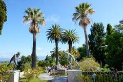 Les touristes sont sur l'excursion dans Achilleion Photo stock