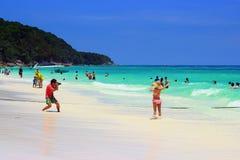 Les touristes sont très heureux à l'île de Tachai de Thailan du sud image libre de droits